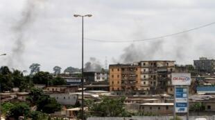 Пожары в жилых кварталах Абиджана, подвергшихся обстрелу