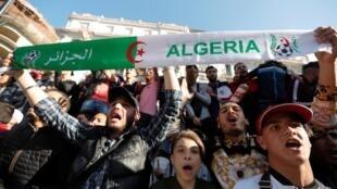Les gens protestent contre le projet du président Abdelaziz Bouteflika de prolonger son mandat de 20 ans en se présentant pour la cinquième fois aux élections d'avril, dans le centre-ville d'Alger, en Algérie, le 3 mars 2019.