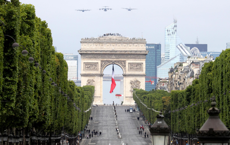 Военно-транспортные самолеты Airbus A400M Atlas, C-160 Transall и Lockheed KC-130 Hercules в небе Парижа 14 июля 2020.