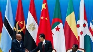 Aliyekuwa rais wa China Hu Jintao akisalimiana na rais wa Afrika Kusini, Jackob Zuma