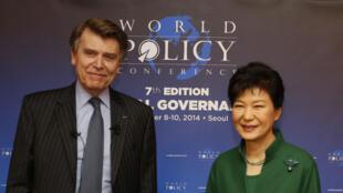 Thierry de Montbrial, fondateur et directeur de la World Policy Conference, et Park Geun-hye, présidente de la Corée du Sud.