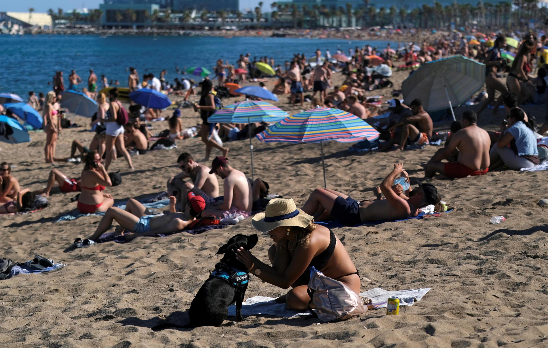 Acesso à praia de Barcelona tem tido até fila de espera (19/07/2020)