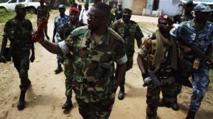Ibrahim Coulibaly, chef du « Commando invisible », au milieu de ses troupes, dans le quartier Abobo d'Abidjan, le 19 avril 2011.