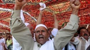 卡紮菲的支持者在首都祈禱