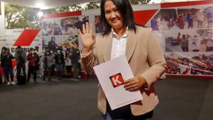 La candidata presidencial peruana de derecha Keiko Fujimori saluda a su llegada a la sede del partido Fuerza Popular en Lima, el 19 de julio de 2021