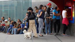 Dân xếp hàng trước Ngân hàng Venezuela tại Caracas để rút tiền tự động. Ảnh ngày 03/11/2017.