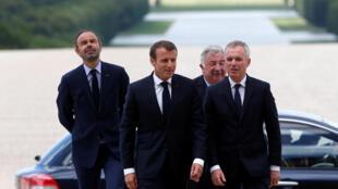 O premiê francês Edouard Philippe, o presidente Emmanuel Macron, o presidente do Senado Gerard Larcher e o da Assembleia Nacional francesa chegam ao Palácio de Versalhes