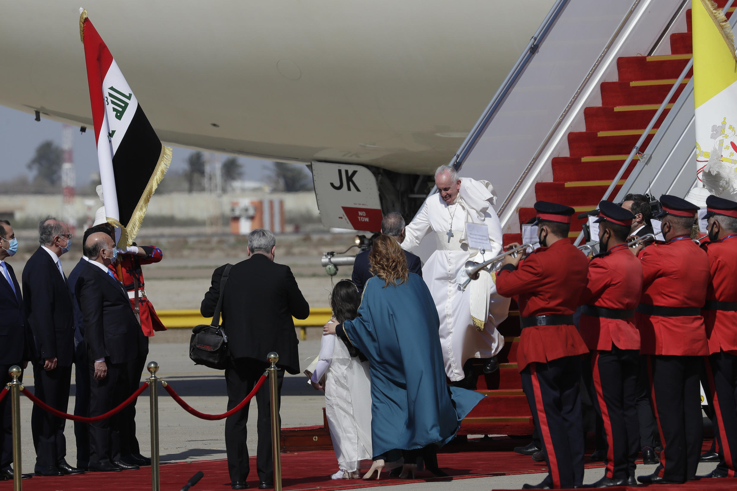 'Pilgrim of peace' Pope Francis flies to Baghdad - English