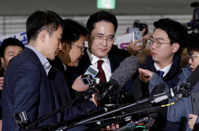 Ông Jay Y. Lee (G), phó chủ tịch Samsung Electronics, tới văn phòng điều tra độc lập Hàn Quốc, Seoul, ngày 12/01/2017