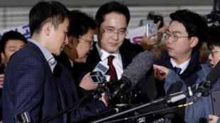 តុលាការកូរ៉េខាងត្បូងសម្រេចឃុំខ្លួនលោក Lee Yae-Yong (រូបកណ្តាល) កូនប្រុសថៅកែក្រុមហ៊ុន Samsung ក្នុងរឿងពុករលួយ