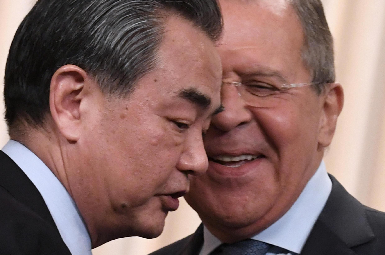 O russo Sergei Lavrov (D) com o chanceler chinês Wang Yi em maio de 2017.