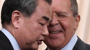 Ministro das Relações Exteriores da Rússia, Sergei Lavrov e o homólogo chinês, Wang Yi.
