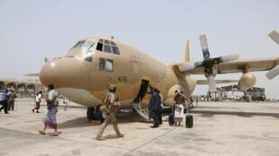 """هواپیمای نظامی متعلق به عربستان سعودی در فرودگاه بین المللی """"عدن"""". ٢ مرداد/ ٢٤ ژوئیه ٢٠١۵"""