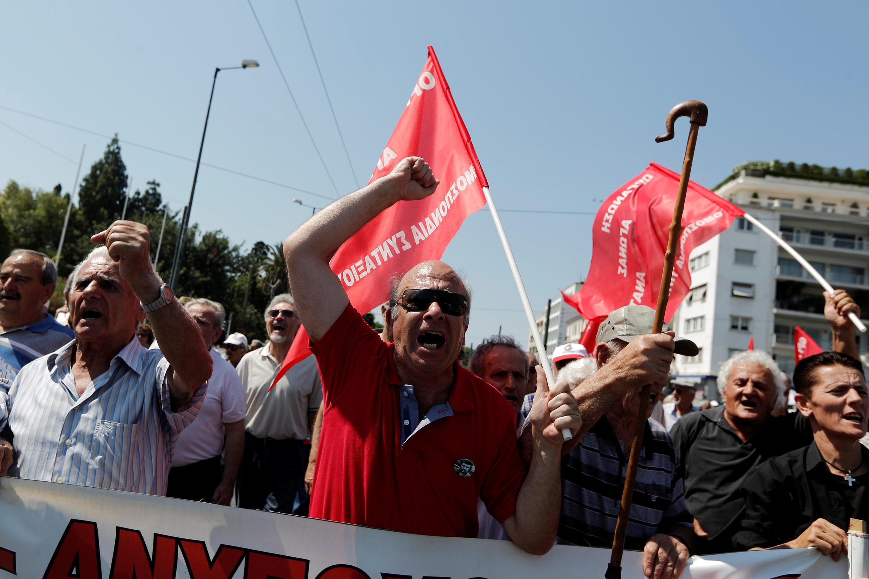 圖為希臘退休者2017年6月15日在雅典示威抗議退休補助金受減