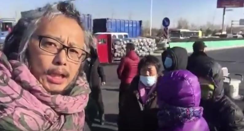 Nghệ sĩ Hoa Dũng trong một video ghi lại cảnh chính quyền trục xuất dân nghèo ở ngoại ô Bắc Kinh.
