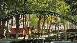 圣马丁运河沿岸设有自行车道,而且绿树成荫,运河上行驶着游船,岸边有人垂钓,天好时有人野餐,圣马丁运河沿岸是巴黎出名的安静消闲的地方。