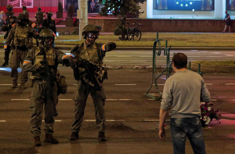 """A polícia bielorrussa afirmou que foi atacada por manifestantes na terça-feira (11) e se viu """"obrigada a usar armas de fogo""""."""