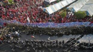 Policiais e camisas vermelhas se enfrentam no centro de Bangcoc.