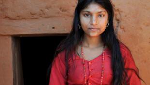 Une Népalaise devant sa «maison à chhaupadi» dans la localité de Chandrakal.