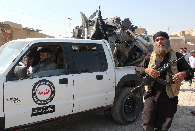 Un jihadiste de l'organisation Etat islamique dans la ville de Raqqa en Syrie, le 16 septembre 2014.