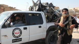 Un jihadiste de l'organisation Etat islamique dans la ville de Raqa en Syrie, le 16 septembre 2014.