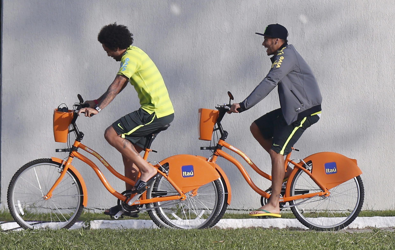 Neymar (à dir.) e Marcelo chegam de bibicleta para o treino.