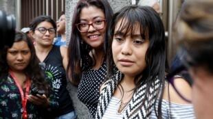 Evelyn Hernandez (à dir.) após coletiva de imprensa no tribunal de Ciudad Delgado, em El Salvador, em 15 de agosto de 2019.