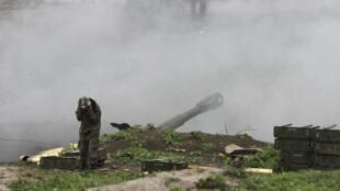 Un soldat arménien à Martakert, dans le Haut-Karabagh, durant les combats face aux forces azerbaïdjanaises.
