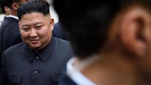 Foto de archivo tomada el 30 de junio de 2019 muestra al líder de Corea del Norte, Kim Jong Un, caminando hacia una reunión con el presidente de Estados Unidos, Donald Trump, en la Zona Desmilitarizada (DMZ) en Panmunjom, Corea.
