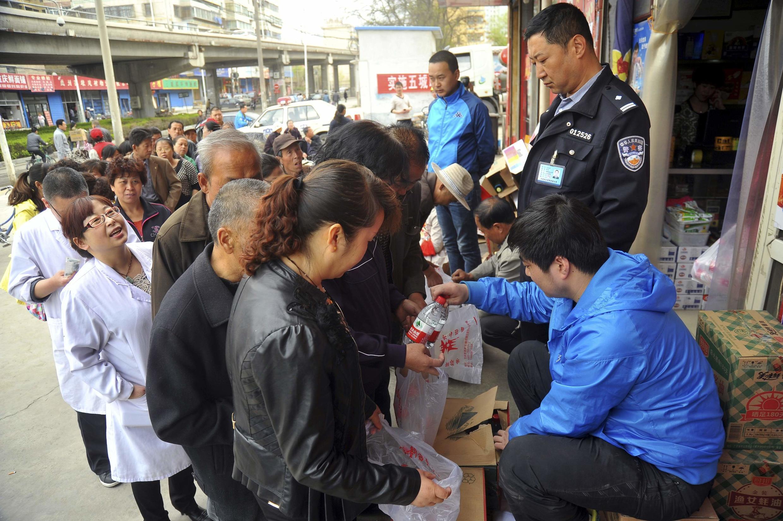 Người dân xếp hàng mua nước đóng chai tại Lan Châu, Cam Túc ngày 11/04/2014 sau khi phát hiện nước máy có chứa benzen, hóa chất có thể gây ung thư, cao gấp 20 lần mức an toàn.