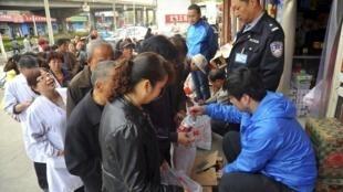Nước, không khí, thực phẩm nhiễm độc gây ung thư. Trong ảnh, người dân xếp hàng mua nước chai tại tỉnh Cam Túc, Trung Quốc, ngày 11/04/2014, sau khi phát hiện nước máy có chứa chất benzen, gây ung thư, cao gấp 20 lần mức an toàn.