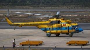 Máy bay trực thăng của Việt Nam được huy động vào chiến dịch tìm kiếm chiếc may bau của Malysian Airlines, trực trên đảo Phú Quốc ngày 11/3/2014.
