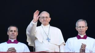 资料图片:罗马天主教教皇方济各2017年12月25日依传统在梵蒂冈圣皮埃尔大教堂发表圣诞讲话。