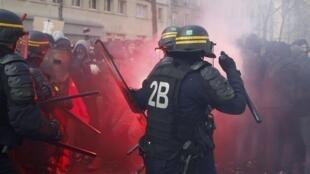 Confronto entre policiais e manifestantes nesta terça-feira em Paris durante protesto contra o projeto de lei do trabalho.
