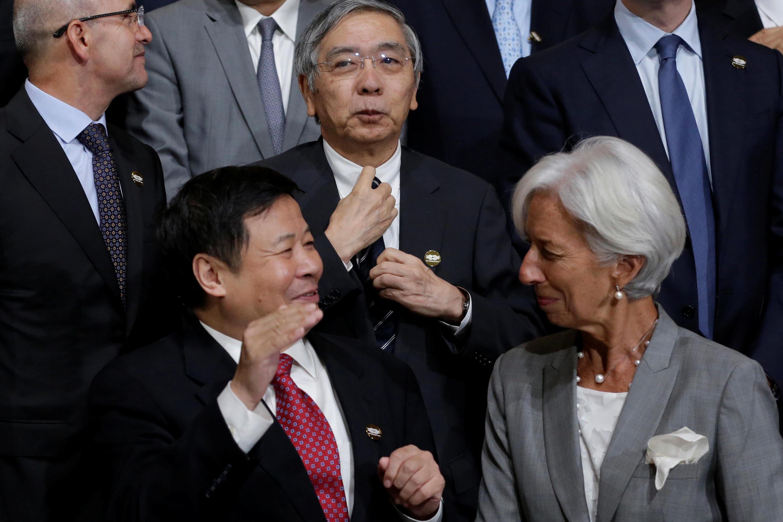 Thống đốc Ngân Hàng Trung Ương Nhật Bản Haruhiko Kuroda (G) Tổng giám đốc IMF, bà Christine Lagarde (T) và thứ trưởng tài chính Trung Quốc Chu Quang Diệu tại hội nghị các bộ trưởng tài chính nhóm G-20 ngày 12/10/2017, ở Washington.