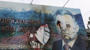 Des manifestants brûlent une affiche du président kirghize Kourmanbek Bakiev, à Talas le 6 avril 2010.