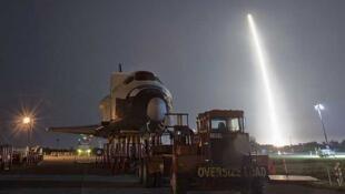 Despegue del Falcon 9 en Cabo Cañaberal. En tierra, la nave Explorer, que será llevada al Johnson Space Center, en Houston. El 22 de mayo de 2012.