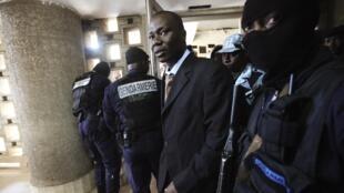 Le général Brunot Dogbo Blé arrive dans la salle de tribunal sous escorte, le 2 octobre 2012.