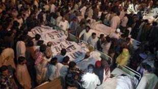 Les proches des victimes rassemblés autour des corps des victimes de l'attaque-suicide. Wagah, le 2 novembre 2014.