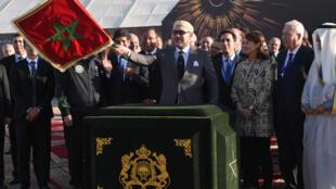Le Maroc veut être le lien entre l'Europe et l'Afrique. Sur la photo, le Roi Mohammed VI inaugure Noor 1, une des plus  grandes centrales solaires au monde avec la présence de Ségolène Royal, le 4 février 2016.
