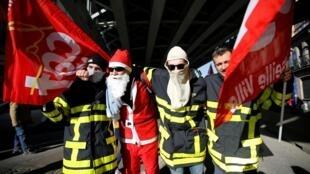 Bombeiros franceses exibem bandeiras da central sindical CGT durante uma manifestação contra o projeto de reforma da Previdência do governo francês em Marselha, em 10 de dezembro de 2019.