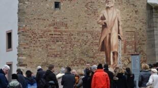 卡爾·馬克思銅像的木製替身聳立在德國特里爾市的廣場上,特里爾是馬克思的故鄉。2017年4月,市議會終於批准了這尊紀念雕塑,它是為紀念馬克思200周年誕辰而由中國送出的禮物,將於2018年5月5日揭幕