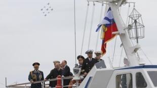 លោកប្រធានាធិបតីរុស្ស៊ី Vladimir Poutine អមដំណើរដោយរដ្ឋមន្ត្រីការពារជាតិ Sergeï Choïgou