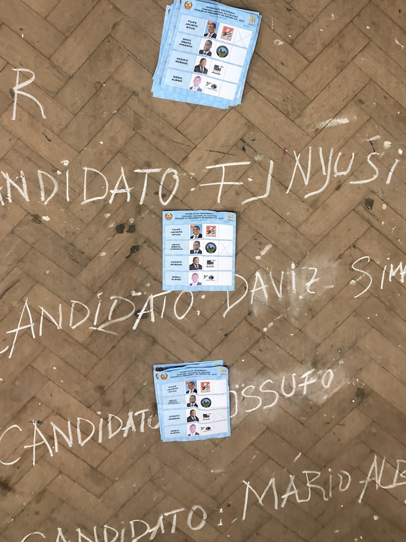 Contagem dos boletins de votos numa escola de Maputo