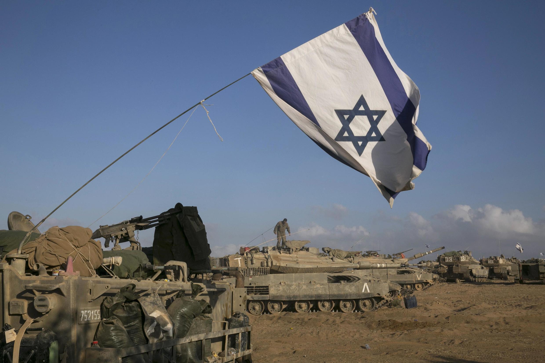 Veículos militares israelenses posicionados perto da Faixa de Gaza nesta terça-feira (15).