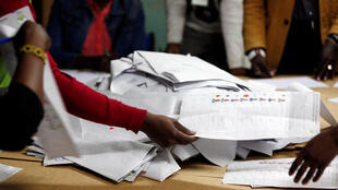 L'organisation d'une nouvelle élection, après l'annulation du scrutin du 8 août 2017 (ici lors du dépouillement) par la Cour suprême kényane, est un véritable défi d'ordre politique et technique.