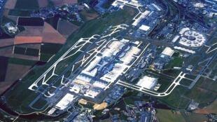 L'aéroport de Roissy-Charles-de-Gaulle est l'un des plus grands du monde.