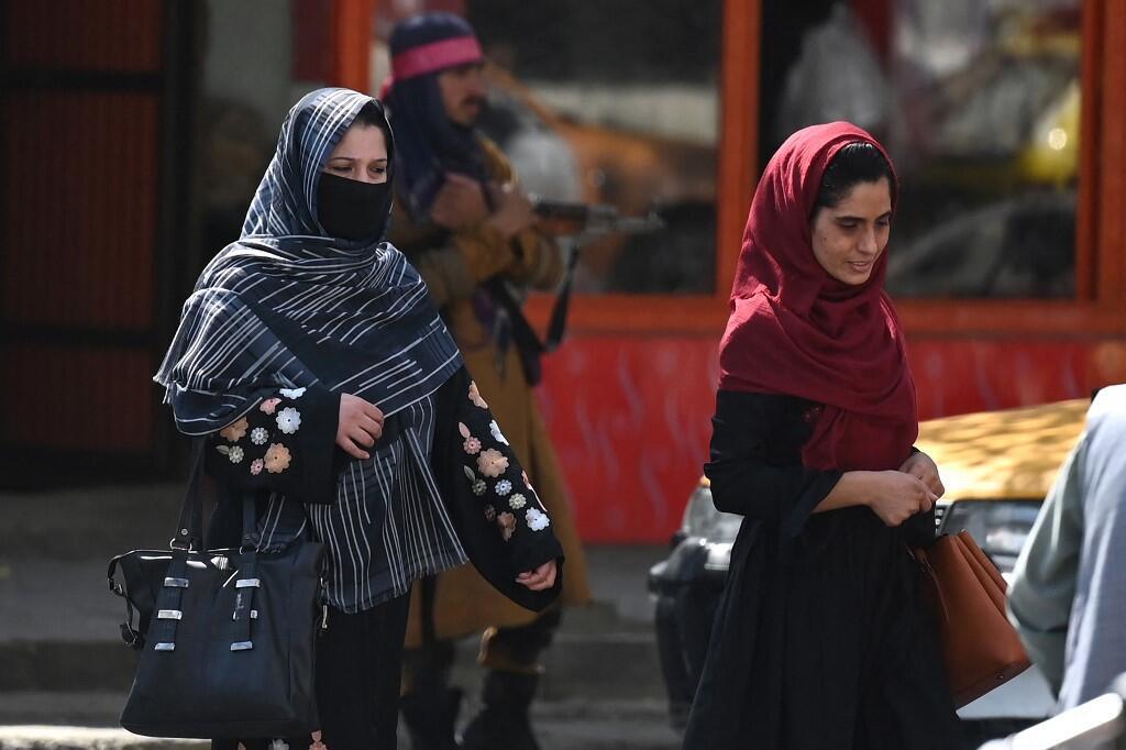 Mujeres afganas cruzan una calle en Kabul
