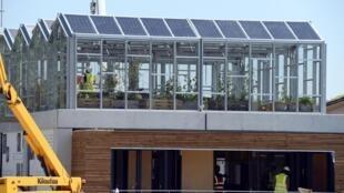 L'édition 2014 du «Solar Decathlon Europe» à Versailles, en France. Des étudiants universitaires français participaient à un concours au cours duquel ils devaient construire des maisons autonomes à énergie solaire.