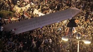 Un an après le début de la révolution, un obélisque éphémère a été hissé au milieu de la place Tahrir sous les hurlements de joie d'une foule compacte, mercredi 25 janvier 2012 en fin d'après-midi.